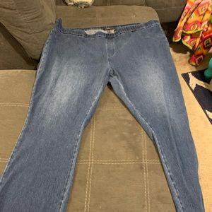Denim - Isaac mizrahi sz 28 pull on jeans. Bootcut style
